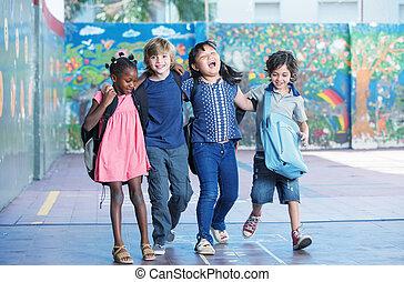 gosses, schoolyard., embrasser, élémentaire, sourire heureux