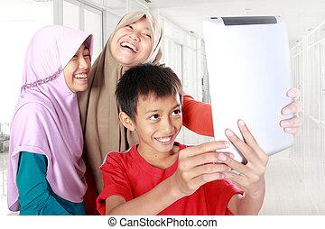 gosses, tablette, musulman, Trois, informatique, jouer