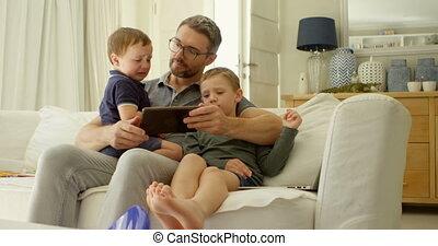 gosses, tablette, sofa, père, 4k, numérique, utilisation