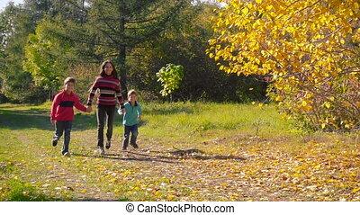 gosses, trois, ensemble, automne, courant, forêt, heureux
