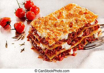 gostosa, carne, lasanha, com, tomates assados