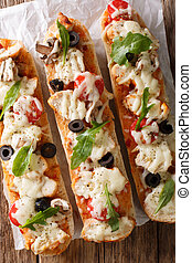 gostosa, quentes, sanduíche, casserole, pizza galinha, queijo, tomates, azeitonas, e, cogumelos, close-up., vertical, vista superior