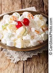 gostosa, salada, ambrosia, feito, de, abacaxi, tangerina, uvas, e, marshmelow, com, baunilha, yogurt, close-up, ligado, um, prato., vertical