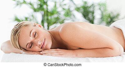 gott tittande, blondin, kvinna, sova, på, a, lätting