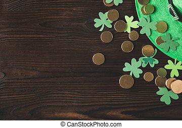 gouden, concept, van hout top, muntjes, st, klaver, patricks, groene hoed, dag, tafel, aanzicht