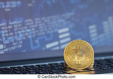gouden, munt, met, bitcoin, symbool, op, laptop computer
