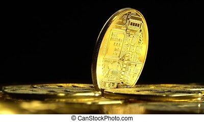 gouden muntstukken, bitcoin, op, cryptocurrency, achtergrond., het spinnen, black , afsluiten