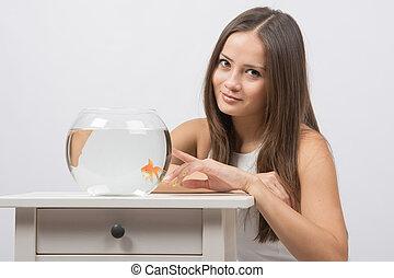 goudvis, meisje, punten, aquarium, vinger