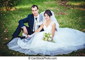 gown., buquet, par, jovem, noiva, segurando, casório, beijando, flores