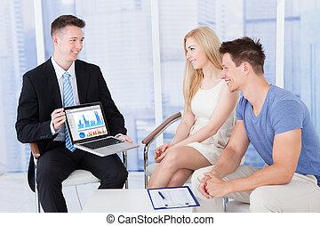 gráfico financiero, computador portatil, consejero, pareja, ...