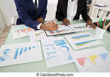 gráficos, e, gráficos, analisado, por, businesspeople