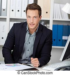 gráficos, hombre de negocios, elegante, escritorio de ...