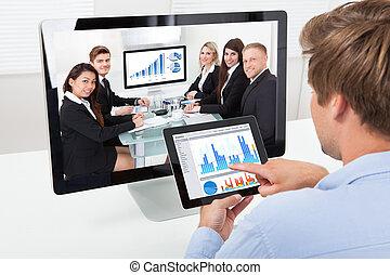 gráficos, mientras, vídeo, hombre de negocios, analizar,...