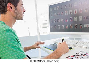 gráficos, trabajando, redactor, tableta, foto, concentrado