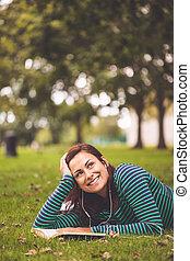 gräs, se, le, lögnaktig, student, tillfällig, uppe