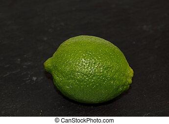 grön, frisk, exotisk, citrusfrukt, lime, på, a, svart, bakgrund.