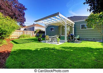grön, litet hus, med, portal, och, backyard.