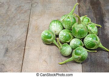 grün, aubergine, auf, holztisch, hintergrund