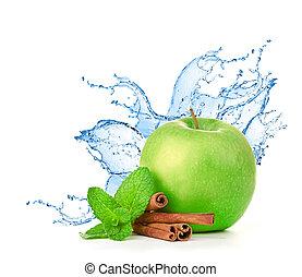 grüner apfel, in, spritzen, von, wasser, freigestellt