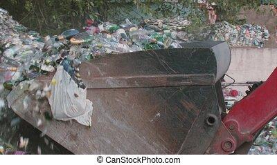 graafwerktuig, verwijdert, afval, papier, en, plastic flessen, voor, recycling