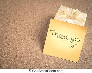 gracias, palabras, en, nota pegajosa, con, oro, caja obsequio, en, madera, plano de fondo