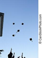 grad, estudiantes, lanzamiento, su, sombreros, en, el, cielo