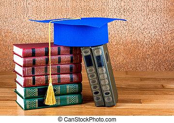 graduação, mortarboard, cima, pilha livros, ligado, madeira, fundo, de, parede