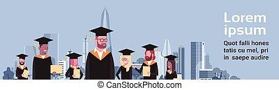 graduación, concepto, grupo, de, mezcla, carrera, estudiantes, en, toga birrete, asimiento, diploma, encima, moderno, ciudad, plano de fondo, horizontal, bandera