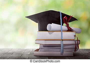 graduación, sombrero, con, grado, papel, en, un, pila, de, libro