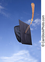 graduación, sombrero, en el aire, debajo, cielo azul