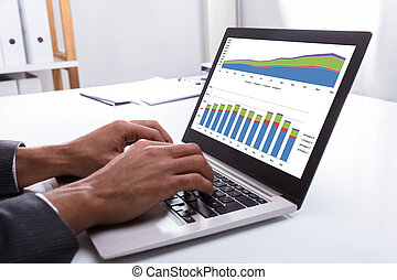 grafico, laptop, businessperson, analizzare