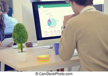 grafiek, computer, analyzing, zakenman, achterk bezichtiging