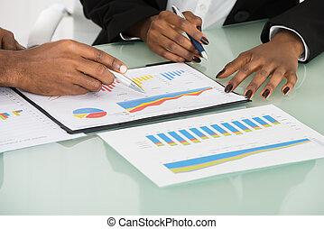 grafieken, en, diagrammen, geanalyseerde, door, businesspeople