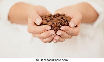 grains café, elle, mains