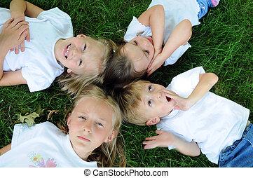 grający dziećmi, na trawie