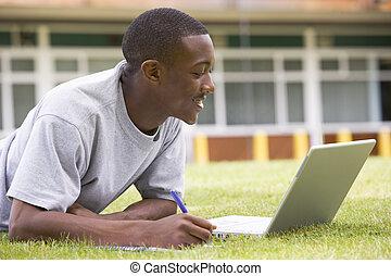 gramado, laptop, estudante universitário, usando, campus