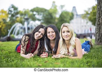 gramado, mulher, jovem, três, verde, retrato, mentindo