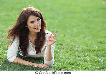 gramado, mulher, jovem, verde, retrato, mentindo