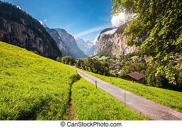 grand, alpes, chute eau, vallée, alpin, vue, lauterbrunnen, incandescent, emplacement, village, suisse, europe., staubbach, sunlight.