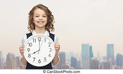 grand, fille souriante, tenue, horloge