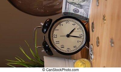 grand, jeûne, reveil, surge., lapse., bouchon, table, price., paquet, temps, bitcoin, vue, concept, levée, horloge, half-hour, espèces, changer, gros plan, coût, bitcoins, dollars, petit