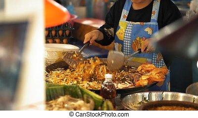 grand, lent, nourriture, motion., wok, chef cuistot, rue, tampon, cuisine, délicieux, nuit, thaï, marché, asiatique