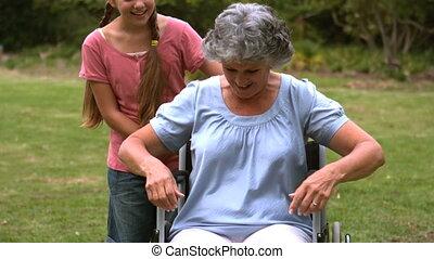 grand-mère, étreindre, elle, grand-daugh