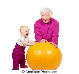 grand-mère, bébé, balle, pilatses