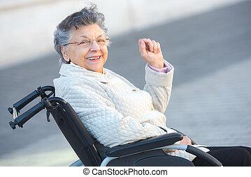 grand-mère, fauteuil roulant, heureux