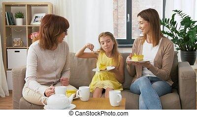 grand-mère, gâteau, manger, fille, mère
