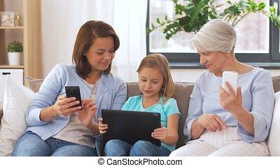 grand-mère, gadgets, fille, mère