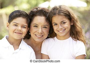 grand-mère, jardin, petits-enfants