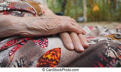grand-mère, lent, vieux, woman., séance, outdoor., haut, côté, mouvement, mains, ridé, fin, personne agee, bras, vue