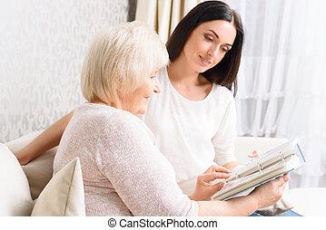 grand-mère, livre, fille, tenue, elle